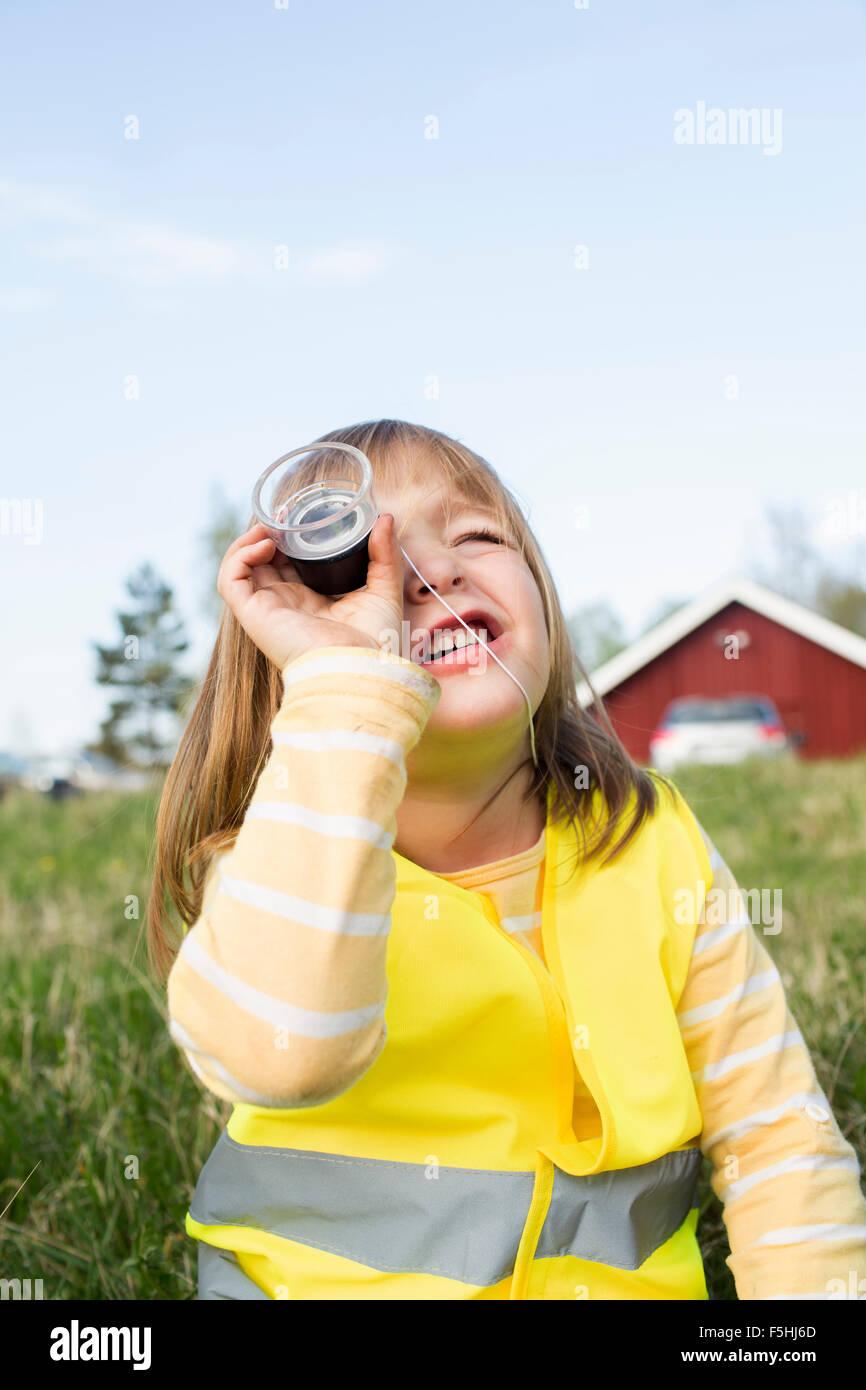 Suecia, Vastergotland, Olofstorp, Bergum, Girl (4-5) mirando a través de un objeto Imagen De Stock