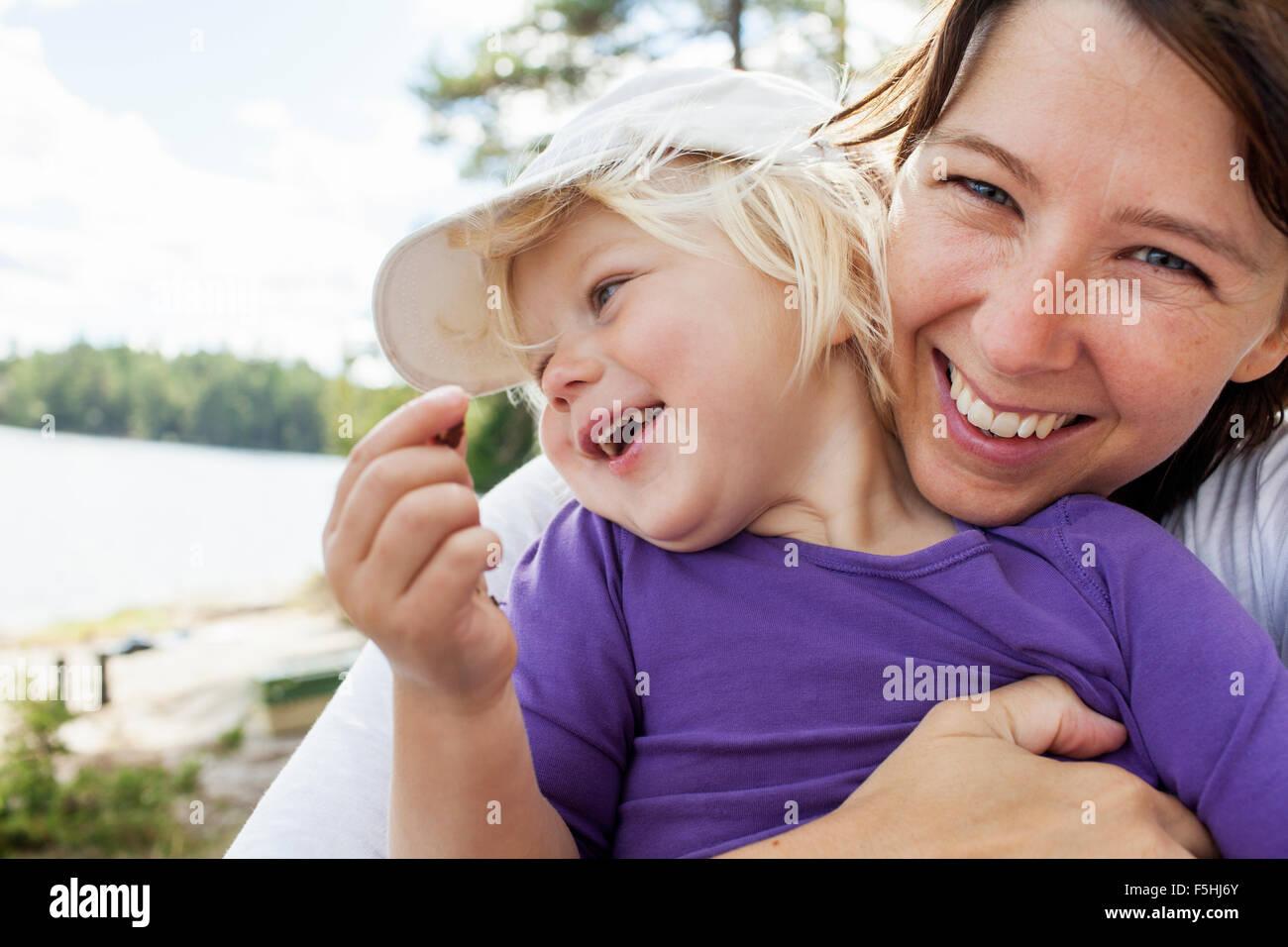Suecia, Vattlefjall Vastergotland, reserva natural, madre sosteniendo hija (2-3) Imagen De Stock