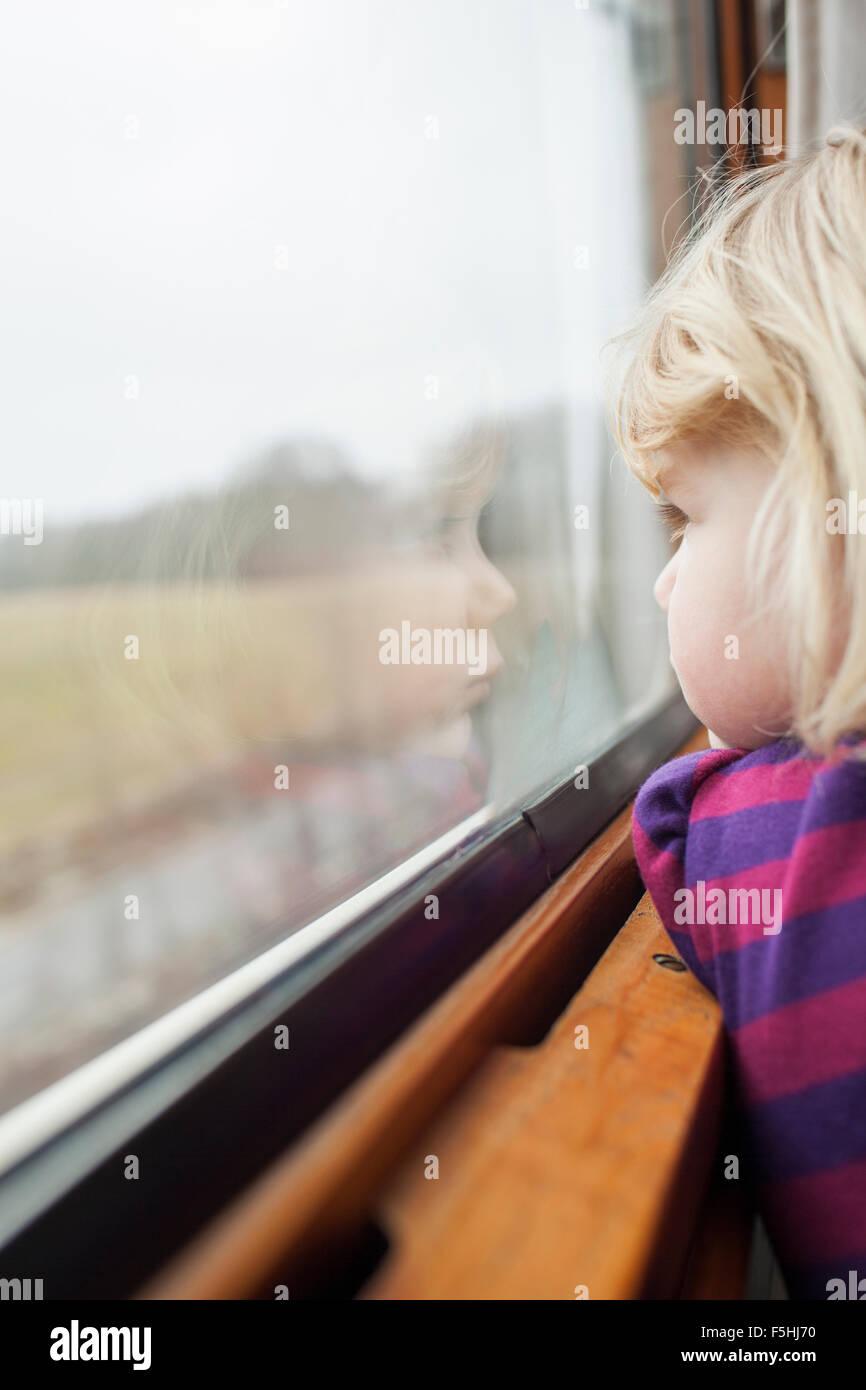 Suecia, Chica (2-3) viajando en tren Imagen De Stock