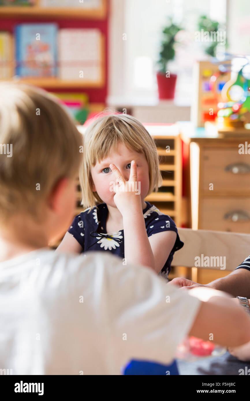 Suecia, niños jugando en kindergarten. Foto de stock