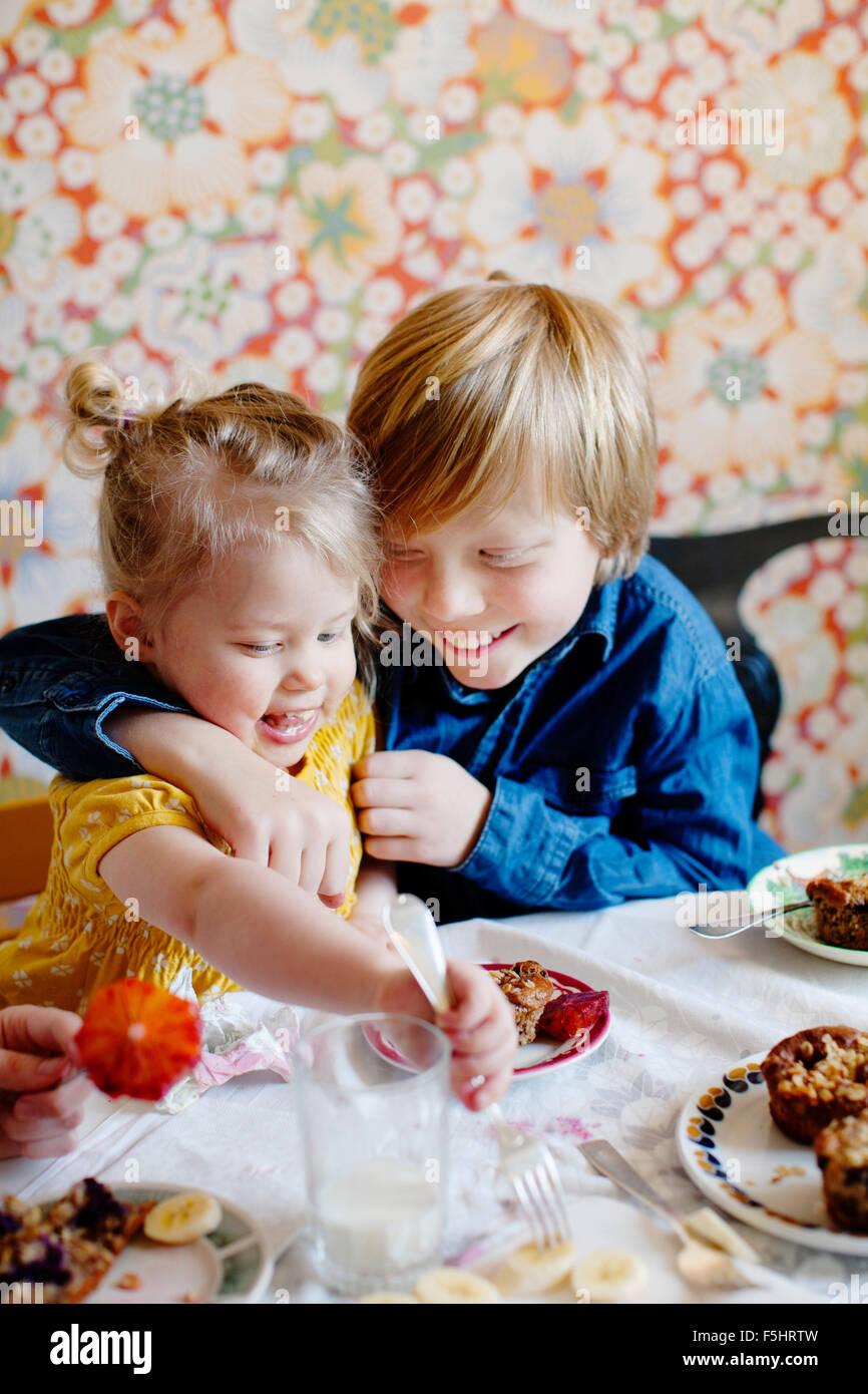 Suecia, Chico y chica (10-11) (2-3) comiendo pastel Imagen De Stock