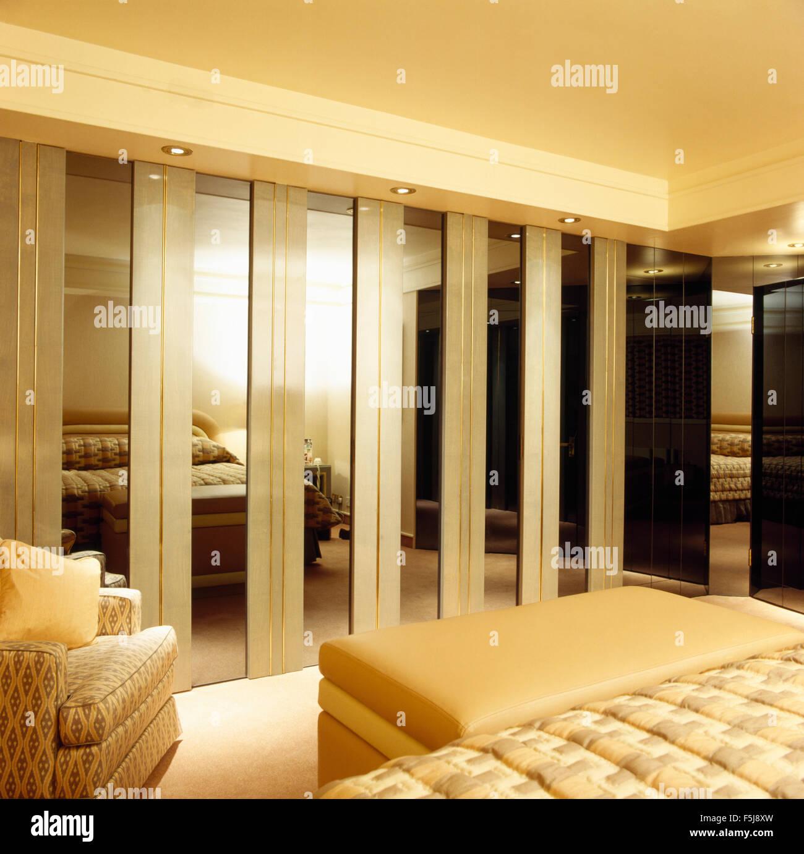 Armarios empotrados con espejos en las puertas de los ochenta adosado dormitorio con una crema - Dormitorios con armarios empotrados ...
