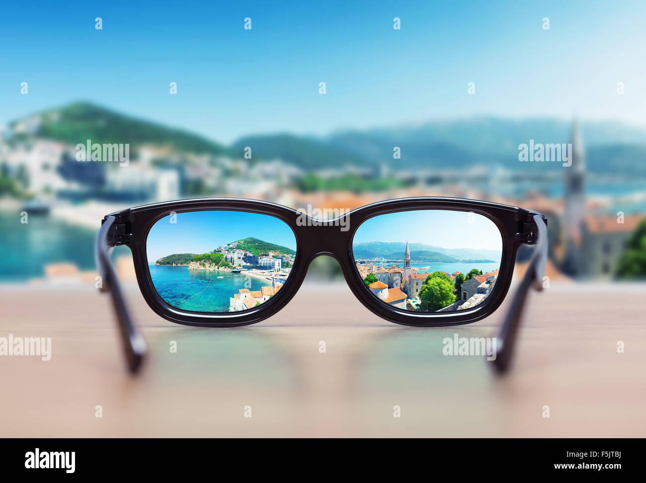 63f44b60ae Paisaje urbano centrado en las lentes de las gafas. Concepto de visión  Imagen De Stock