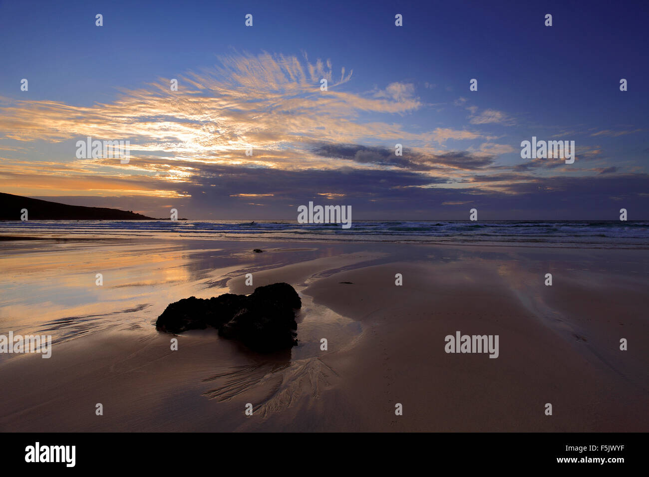 Los colores del atardecer, Porthmeor beach, la ciudad de St Ives, Cornwall County; Inglaterra; UK Foto de stock