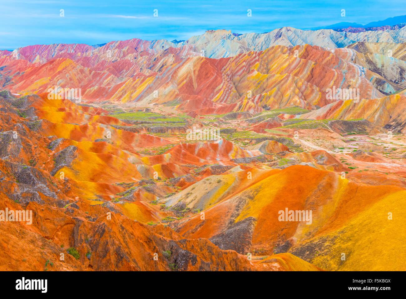 Formularios en Zhanhye Coloful Danxie Geo Park, provincia de Gansu, China Ballands erosionado en múltiples Imagen De Stock