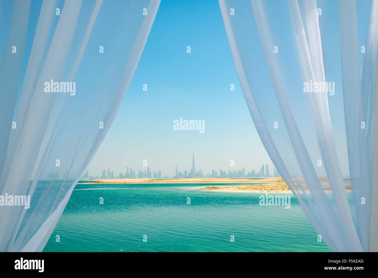 Horizonte de Dubai desde el Líbano Island Beach Resort en una isla artificial, parte del mundo fuera de Dubai, Imagen De Stock