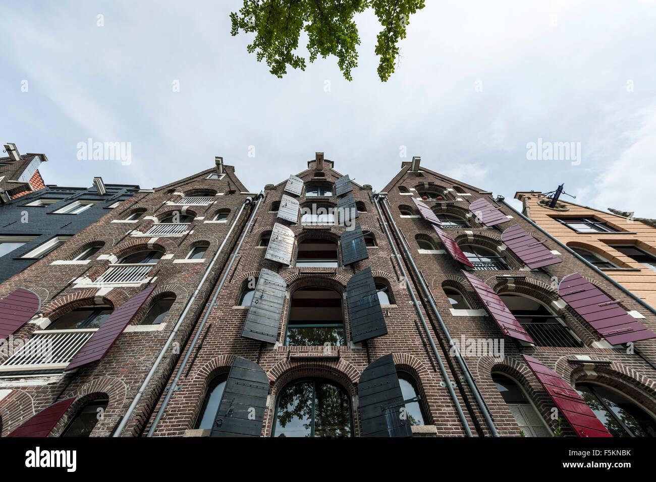 Casas del canal en la parte vieja de la ciudad, Ámsterdam, Países Bajos. Imagen De Stock