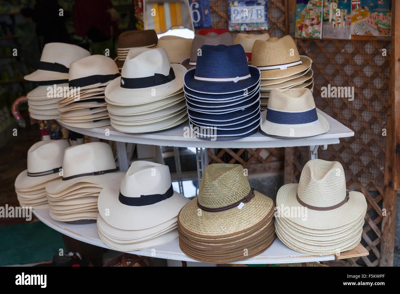 f69261b5d0599 Sombreros de Panamá y otros sombreros de paja de verano en exhibición en una  tienda en