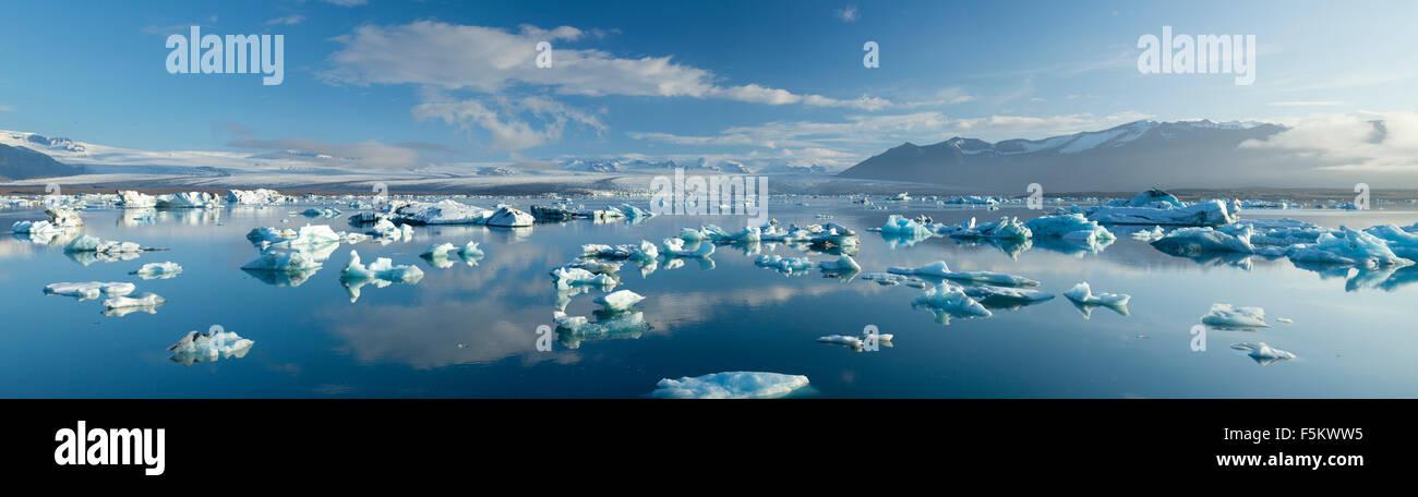 Icebergs en Jokulsarlon, debajo de la laguna glaciar Breidamerkurjokull Sudhurland, Islandia. Imagen De Stock