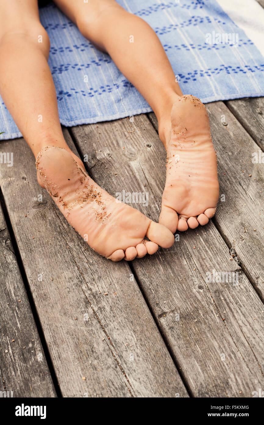 Suecia, Uppland Runmaro, Barrskar, Vista del muchacho descalzo (6-7) Imagen De Stock