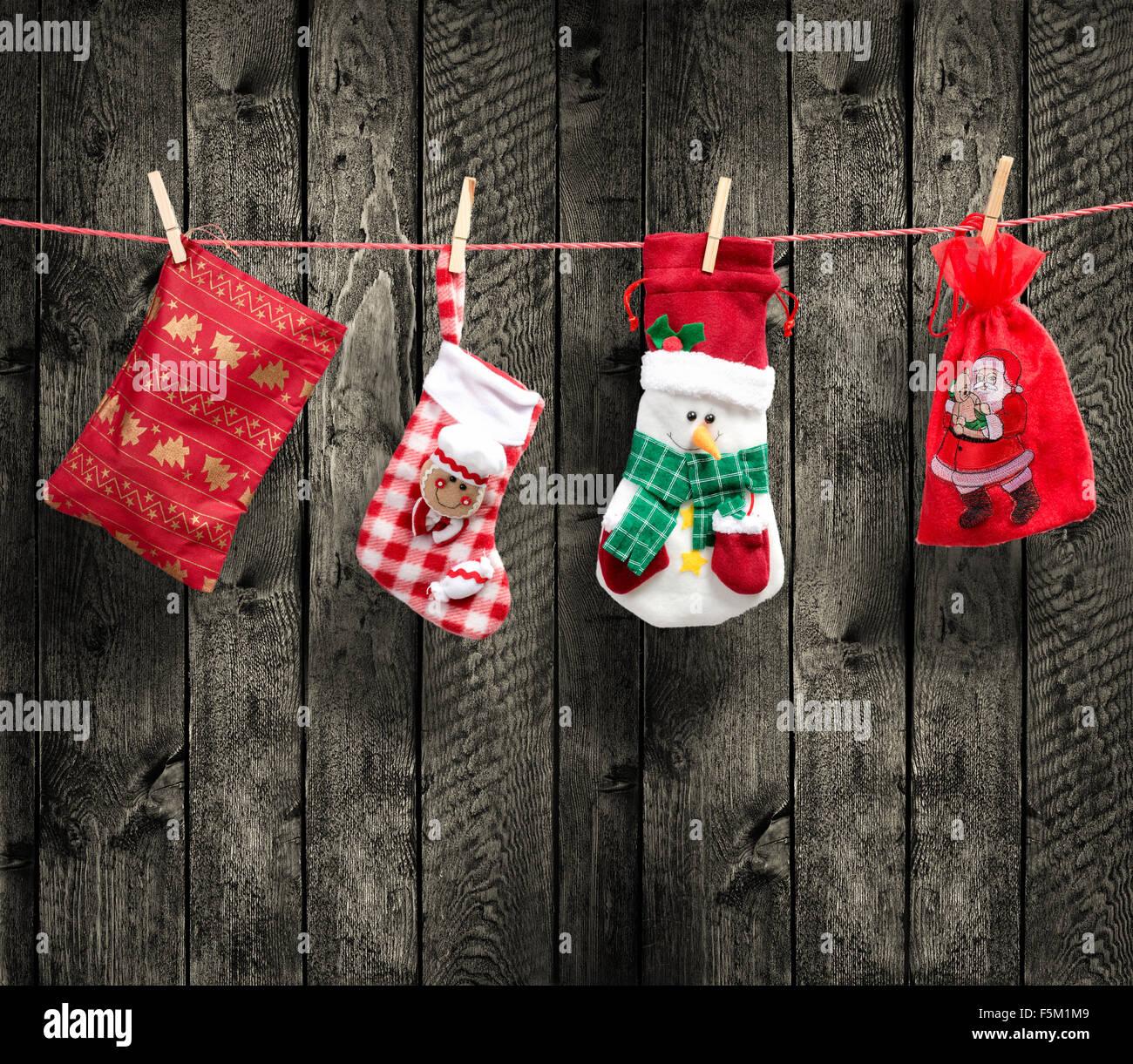 Bolsa de Santa Claus en el tendedero, con fondo de madera Imagen De Stock