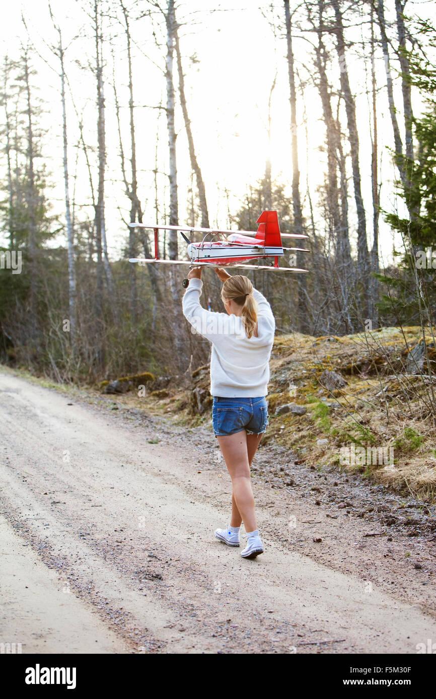 Suecia, Uppland Lanna, Chica (12-13) llevando sobre la cabeza de avión Foto de stock