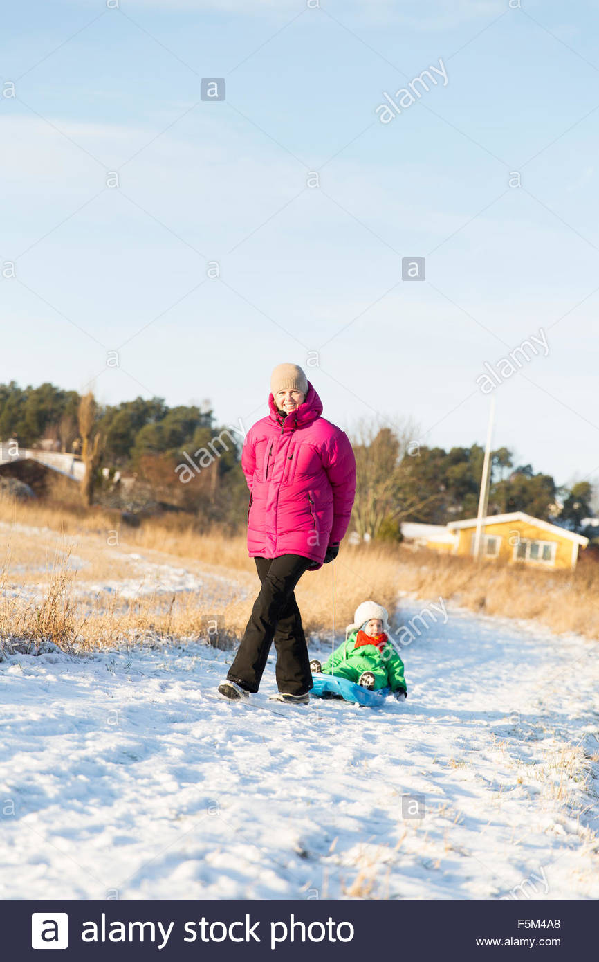 Suecia, Sodermanland, Jarna, madre tirando hijo (2-3) en trineo Imagen De Stock