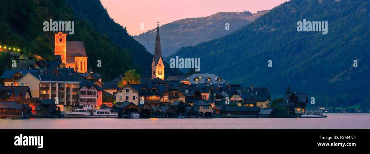 Atardecer en Hallstatt, en Alta Austria es una aldea en el Salzkammergut, una región de Austria. Imagen De Stock