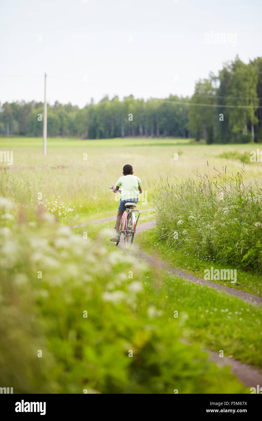 Suecia Vastra Gotaland, Gullspang, Runnas, vista trasera de boy (8-9) Ciclismo Imagen De Stock