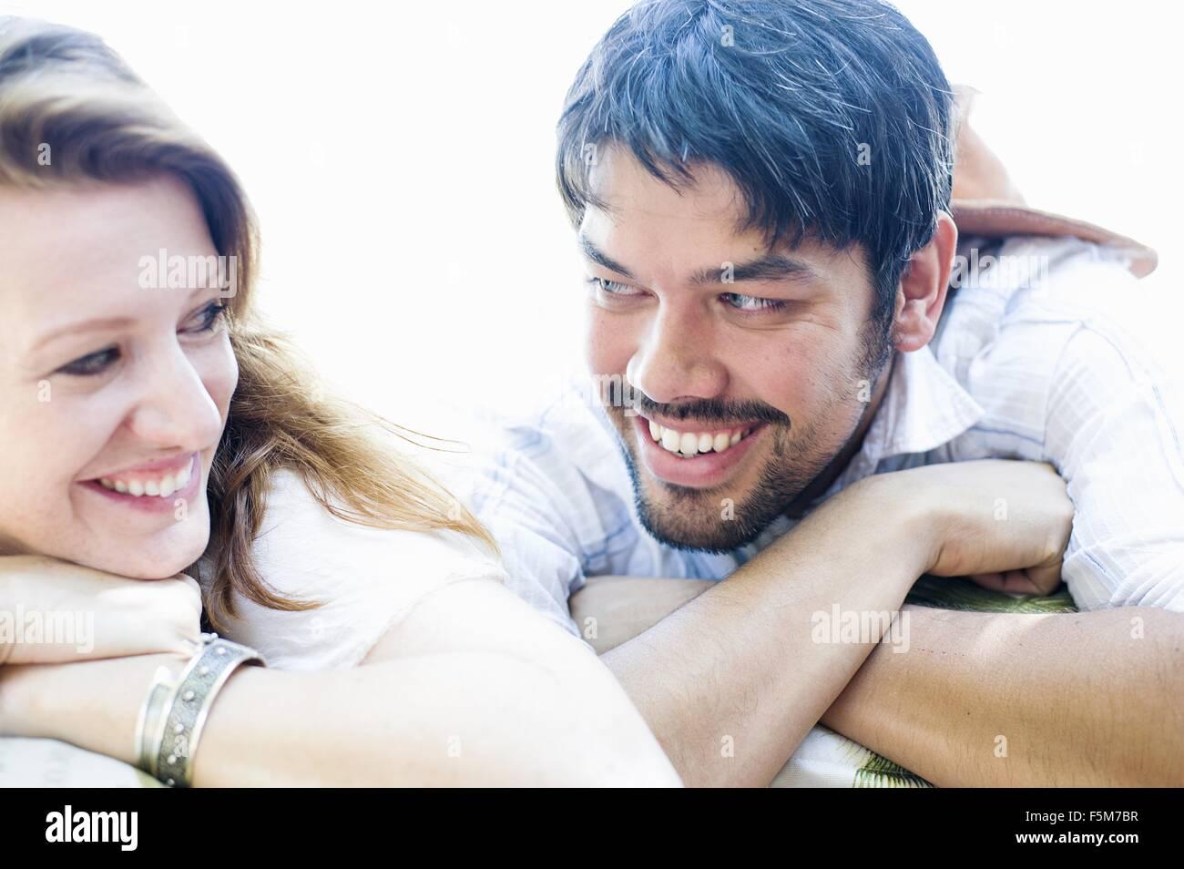 Close Up retrato de pareja feliz haciendo contacto visual Imagen De Stock