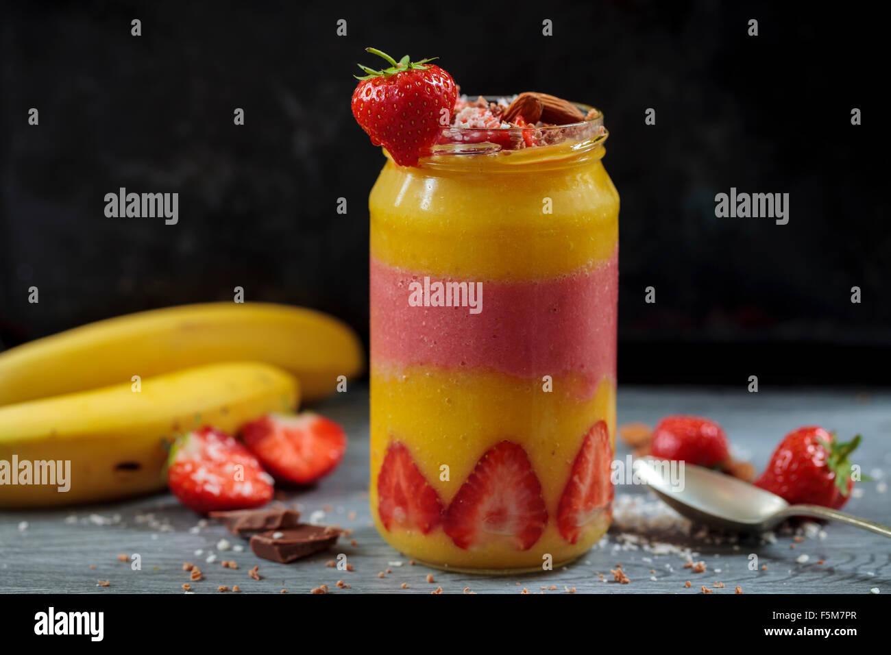 Batido de Mango y Fresa Imagen De Stock