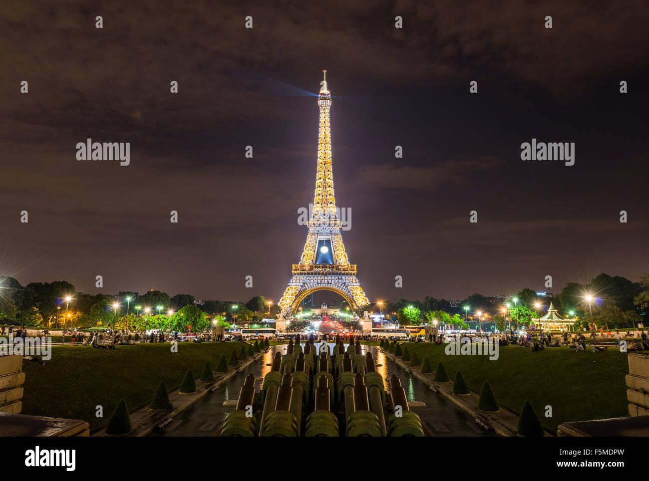 Iluminada de noche de la Torre Eiffel, el Trocadero, la Torre Eiffel, Paris, Ile-de-France, Francia Imagen De Stock
