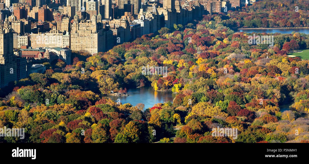Vista aérea del Parque Central, el lago y el Upper West Side con colorido follaje de otoño. Otoño Imagen De Stock