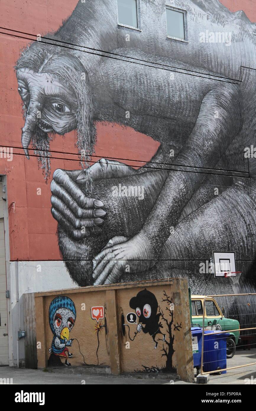 El arte en la calle cerca de un monstruo de basura skip Imagen De Stock