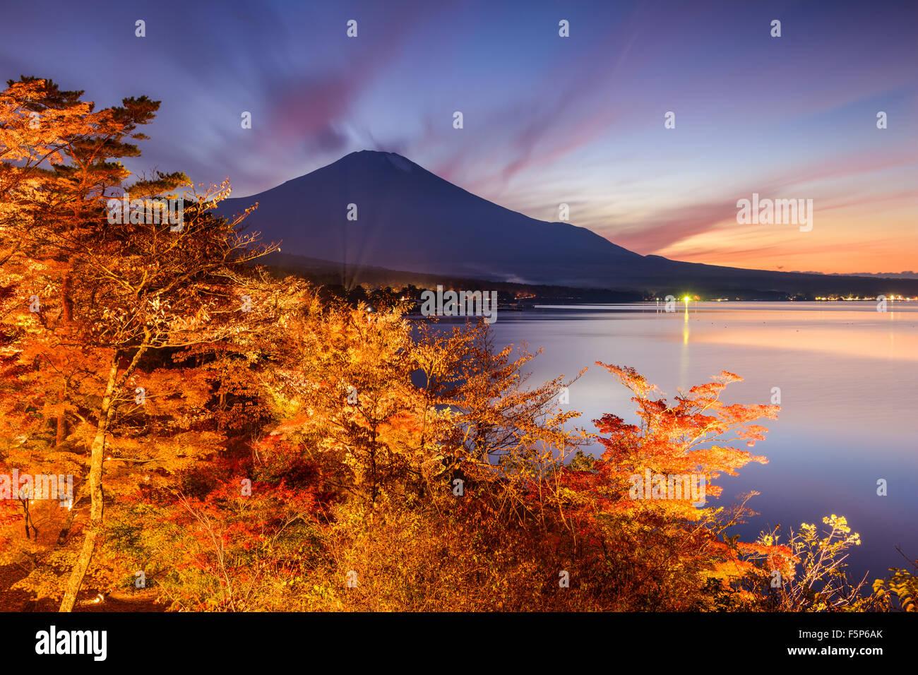 Monte Fuji, Japón desde el lago Yamanaka en el otoño. Imagen De Stock