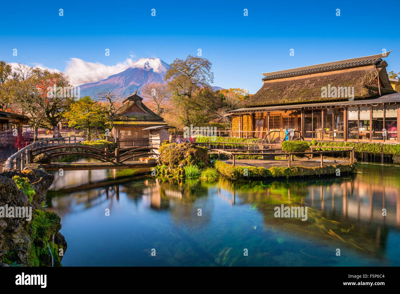 Mt. Fuji, Japón desde Oshi no Hakkai distrito de los lagos. Imagen De Stock