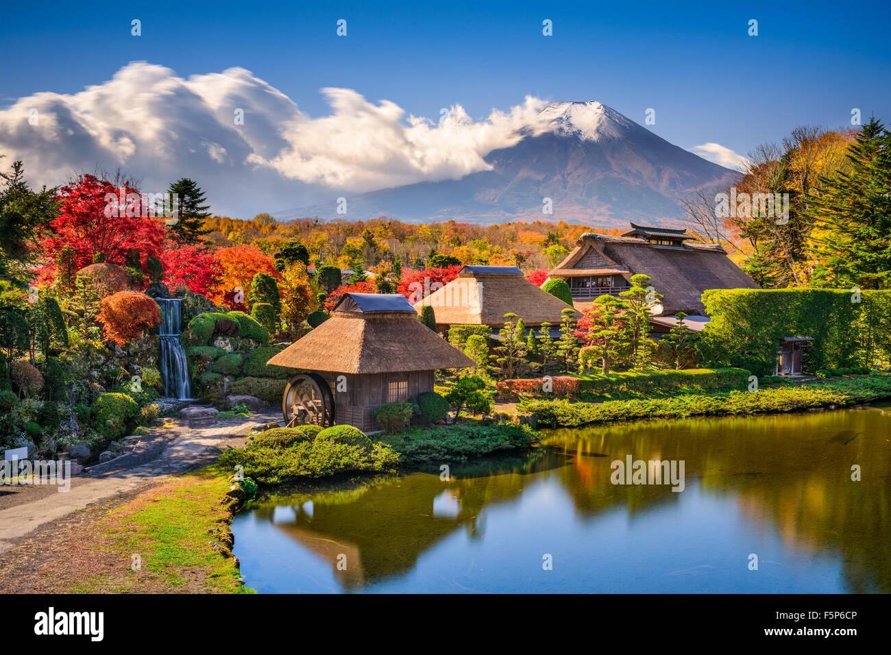 Oshino, Japón histórico casas de paja con Mt. Fuji en el fondo. Imagen De Stock
