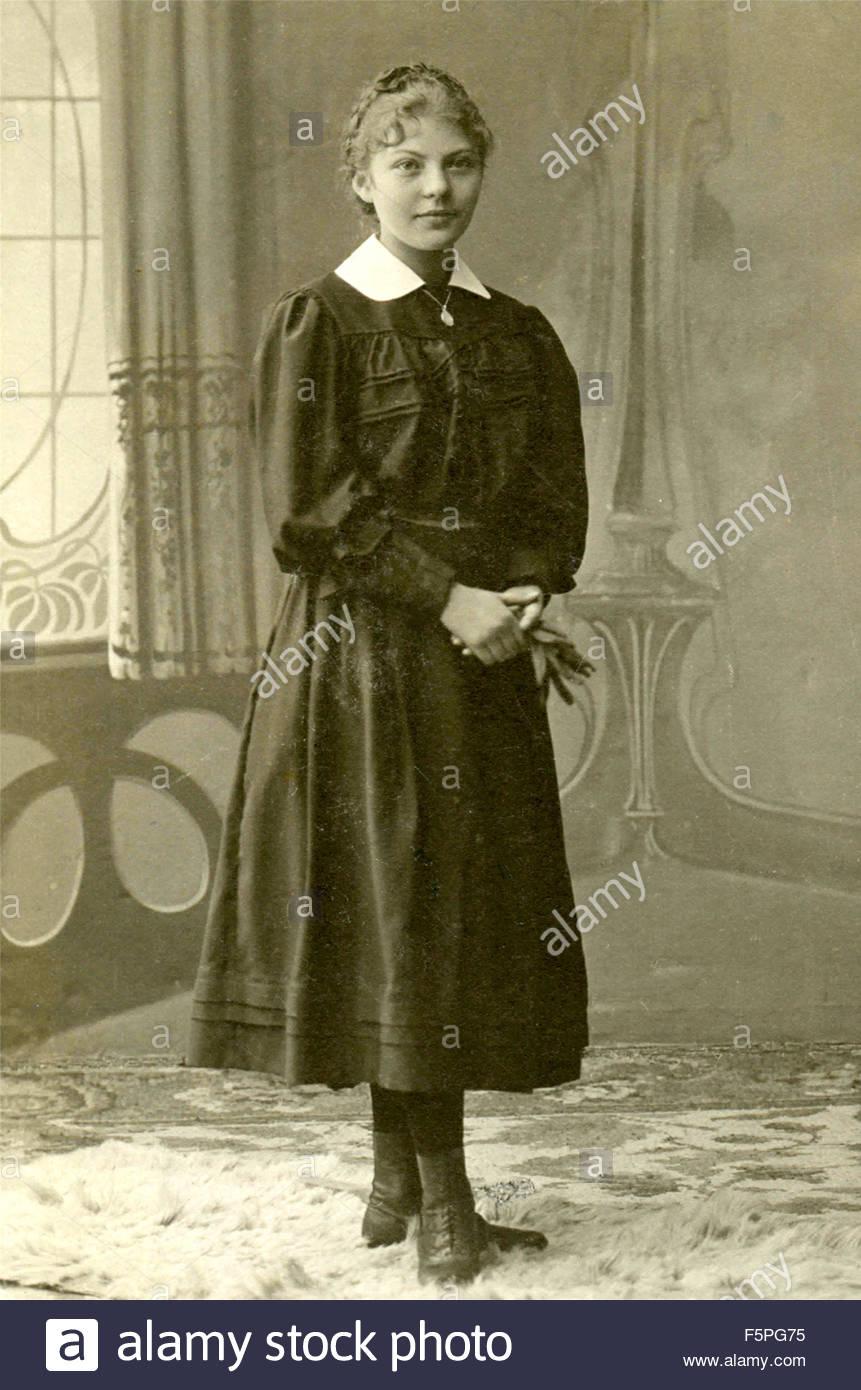 Retrato de una joven mujer vestida de negro y cuello blanco, Italia Imagen De Stock