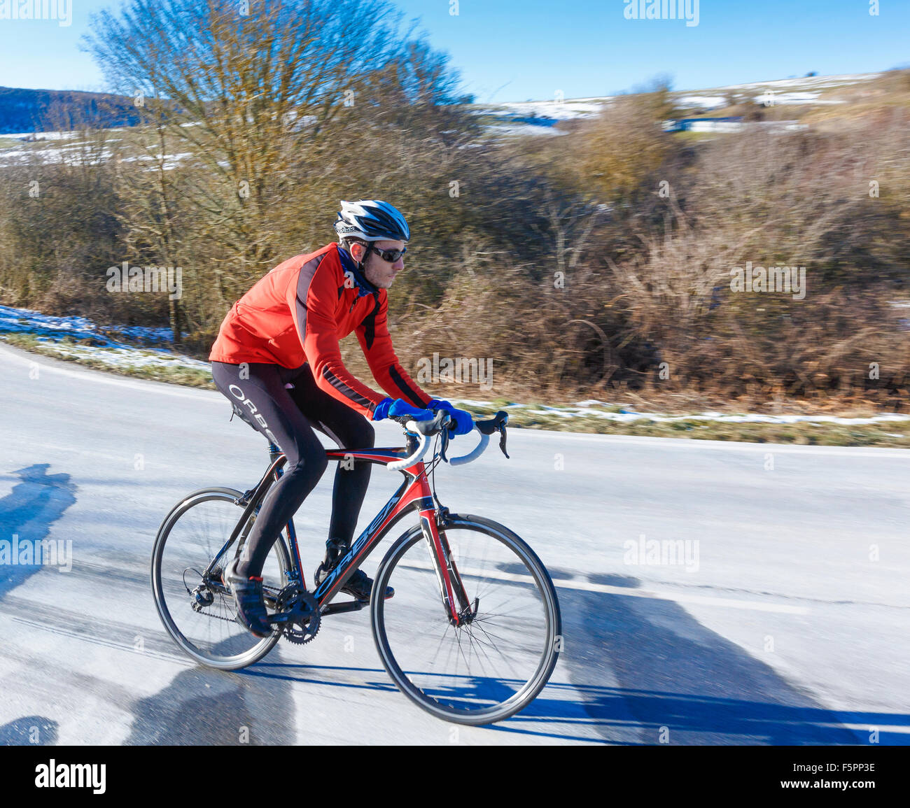 Ciclista en una carretera. Lizarraga pass. Navarra, España, Europa. Imagen De Stock