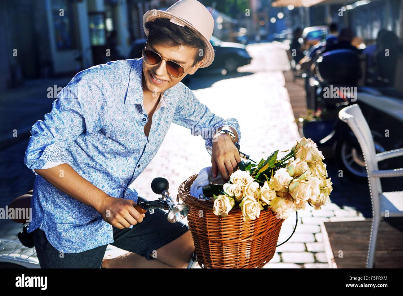 Apuesto joven con una elegante bicicleta Imagen De Stock