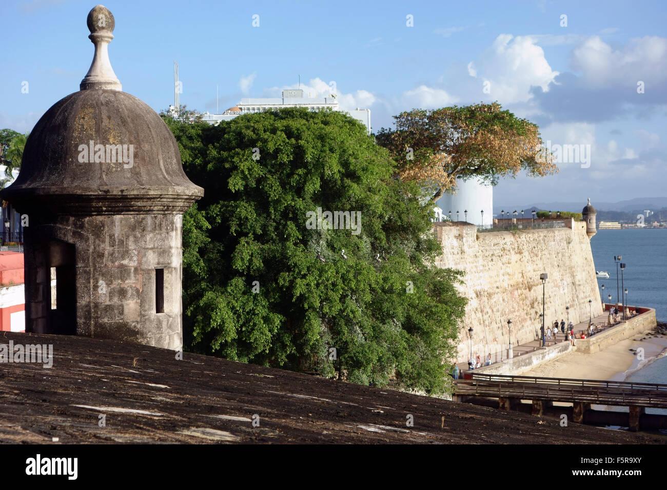 La muralla de la ciudad de San Juan y paseo bajo la muralla de la ciudad, el Paseo del Morro, Viejo San Juan, Puerto Imagen De Stock