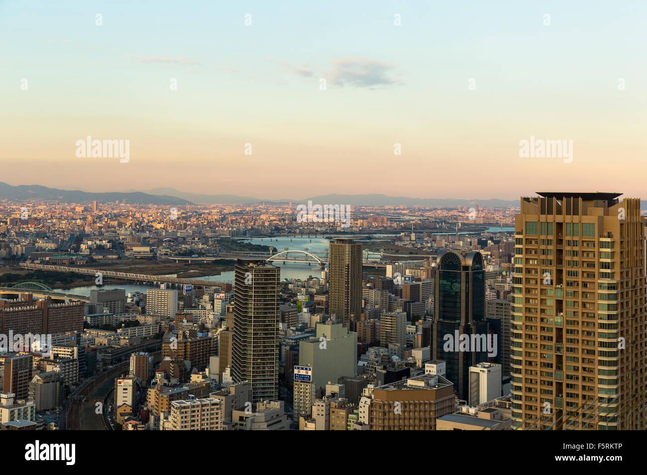 Horizonte de Osaka. Vista desde el Observatorio del Jardín Flotante en el edificio Umeda Sky Imagen De Stock