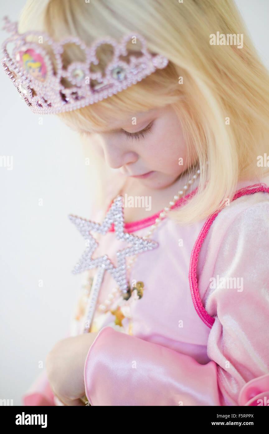 Suecia, vista lateral de la niña (4-5) en traje de princesa Imagen De Stock