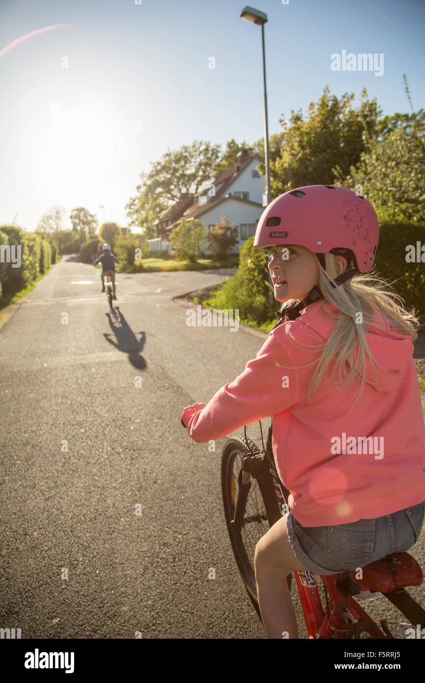 Suecia, Vastergotland, Lerum, niños (10-11, 12-13) Ciclismo en día soleado Imagen De Stock