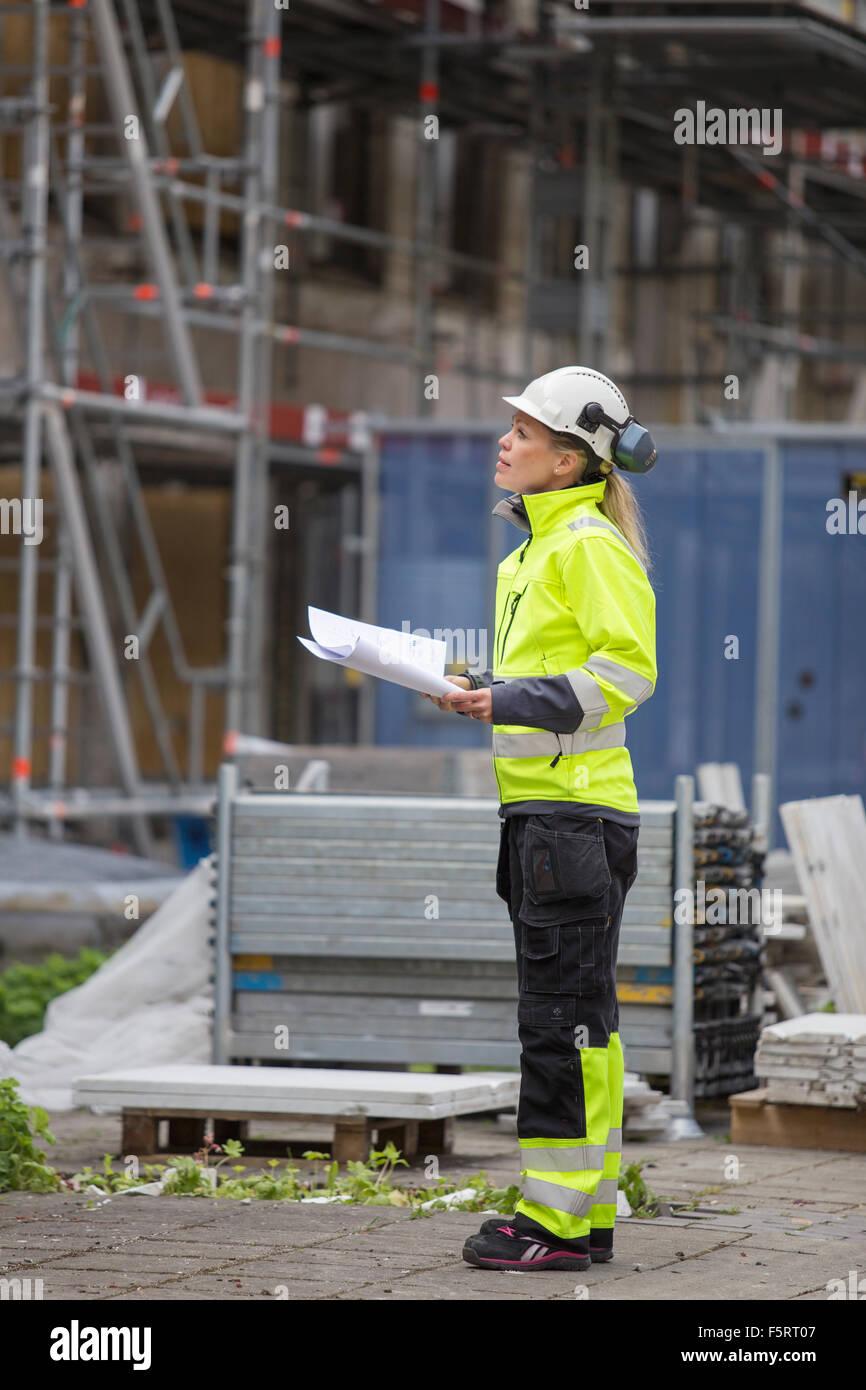 Suecia, Vastergotland, trabajador de la construcción buscando sitio en construcción Foto de stock