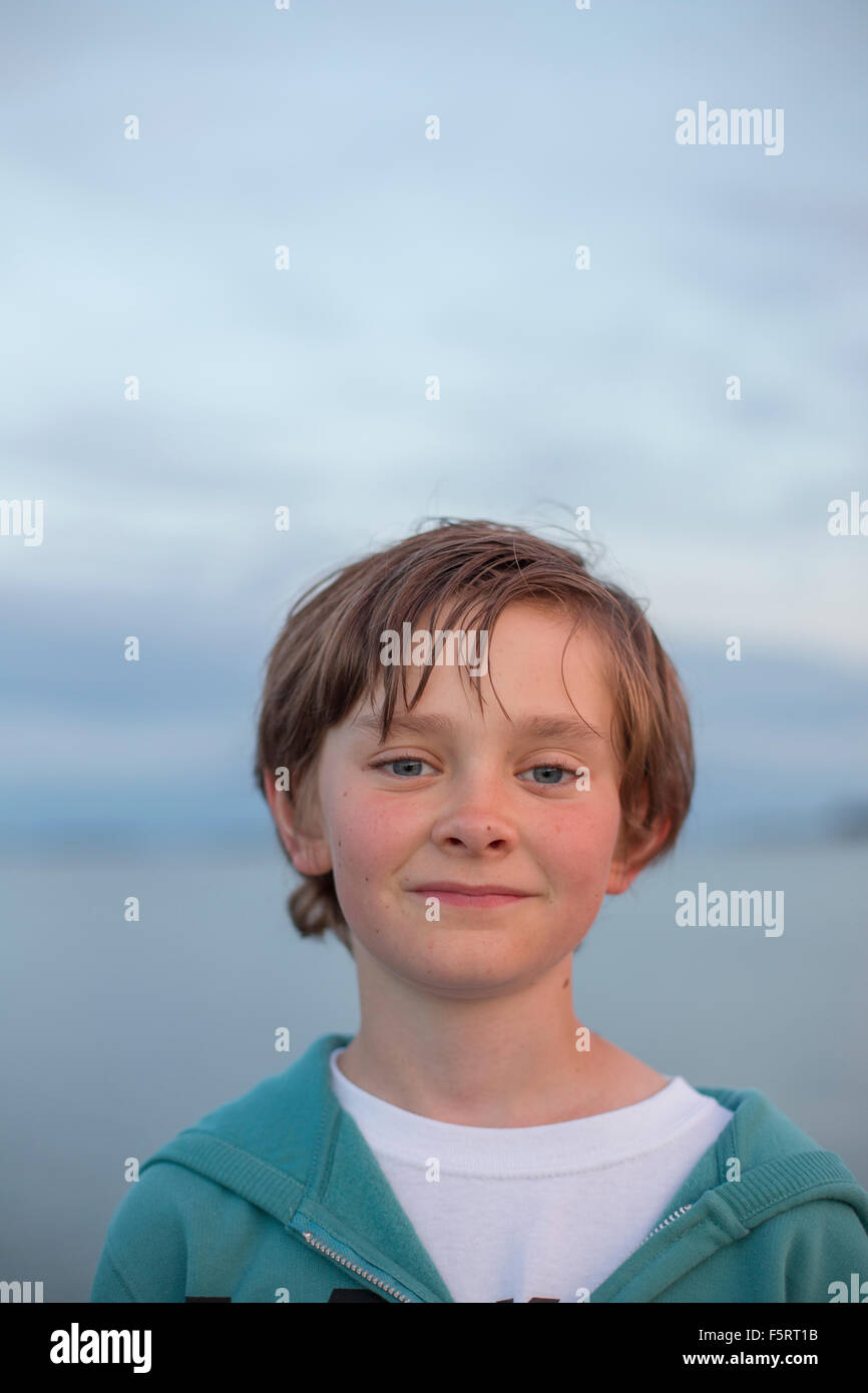 Suecia, Halland, Onsala, Retrato de boy (12-13) al aire libre al atardecer Imagen De Stock