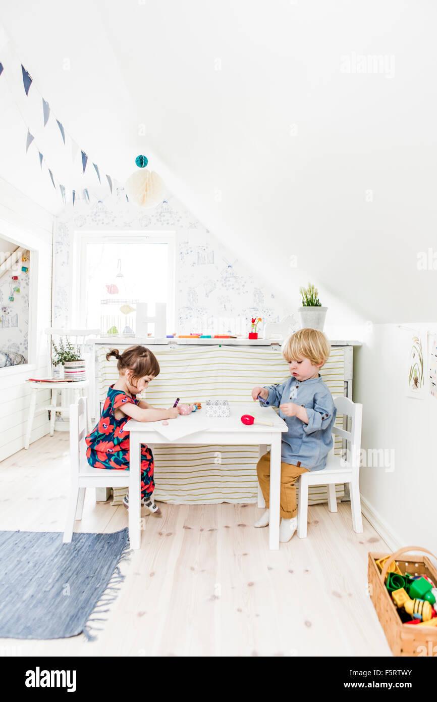 Suecia, Chico y chica (2-3) jugando en el dormitorio Foto de stock