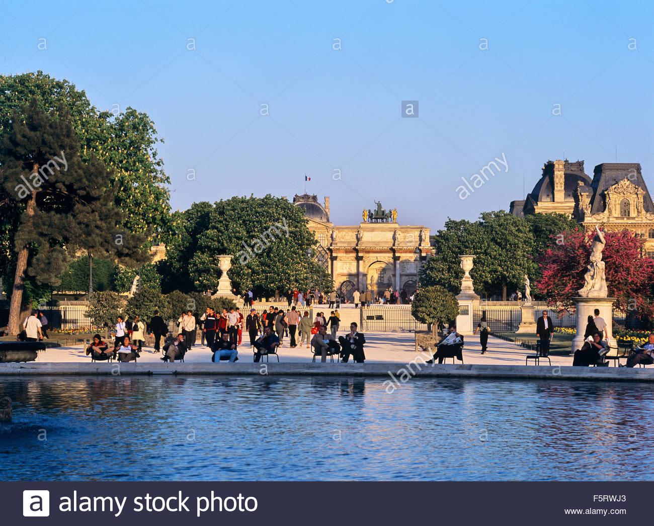 Los parisinos leer, relajarse y pasear por el Grand Bassin, estanque Jardin des Tuileries, Paris, Francia. Foto de stock