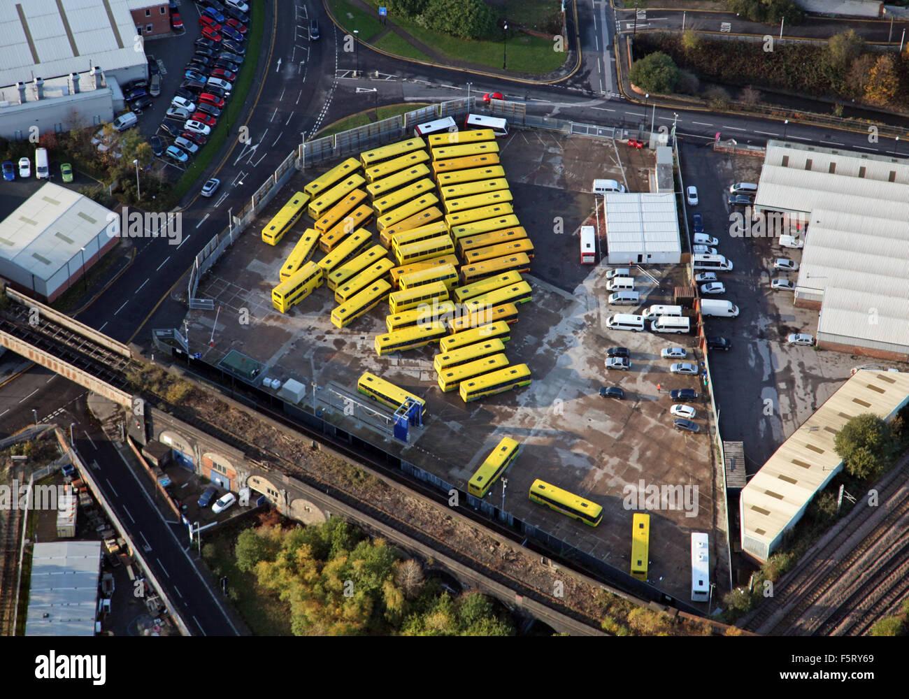 Vista aérea de autobuses amarillos estacionados en un compuesto en el REINO UNIDO Imagen De Stock