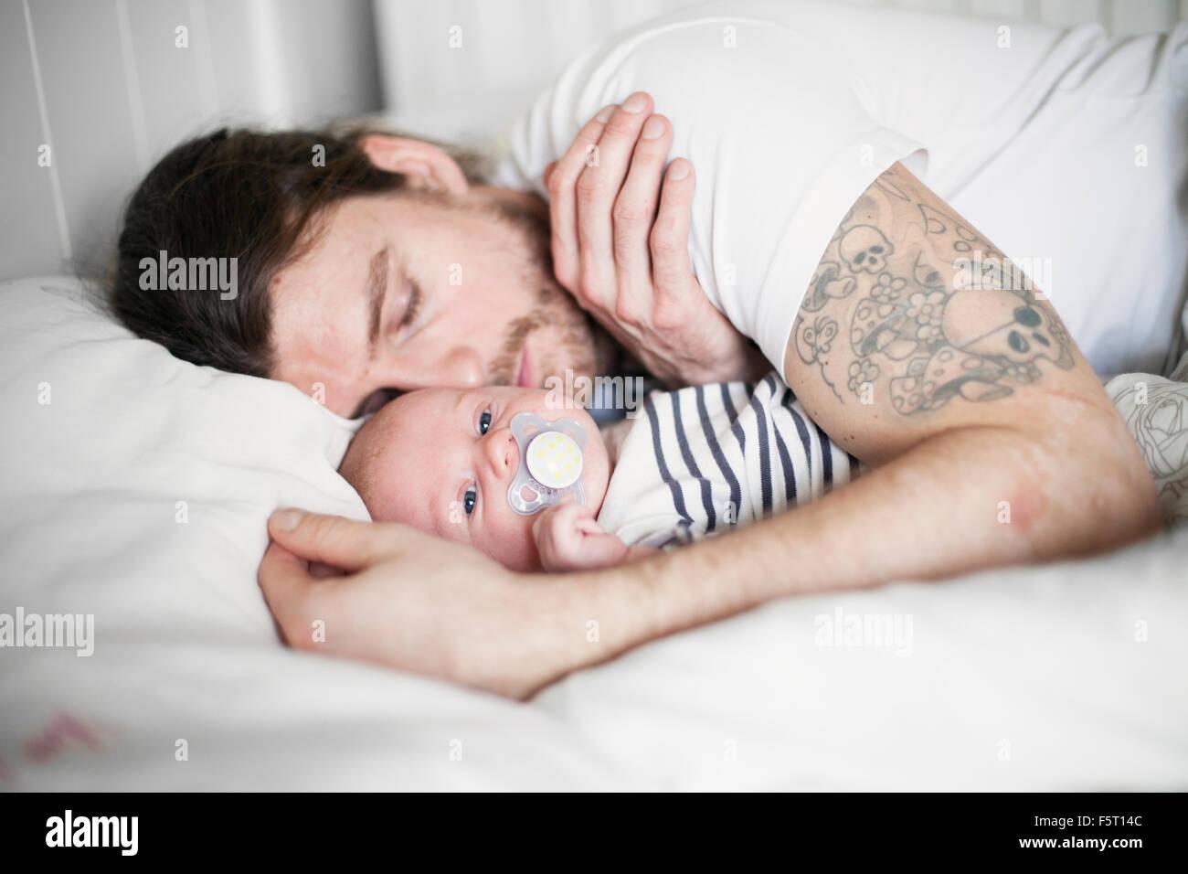 Suecia, padre y niño (0-1 meses) descansando Imagen De Stock