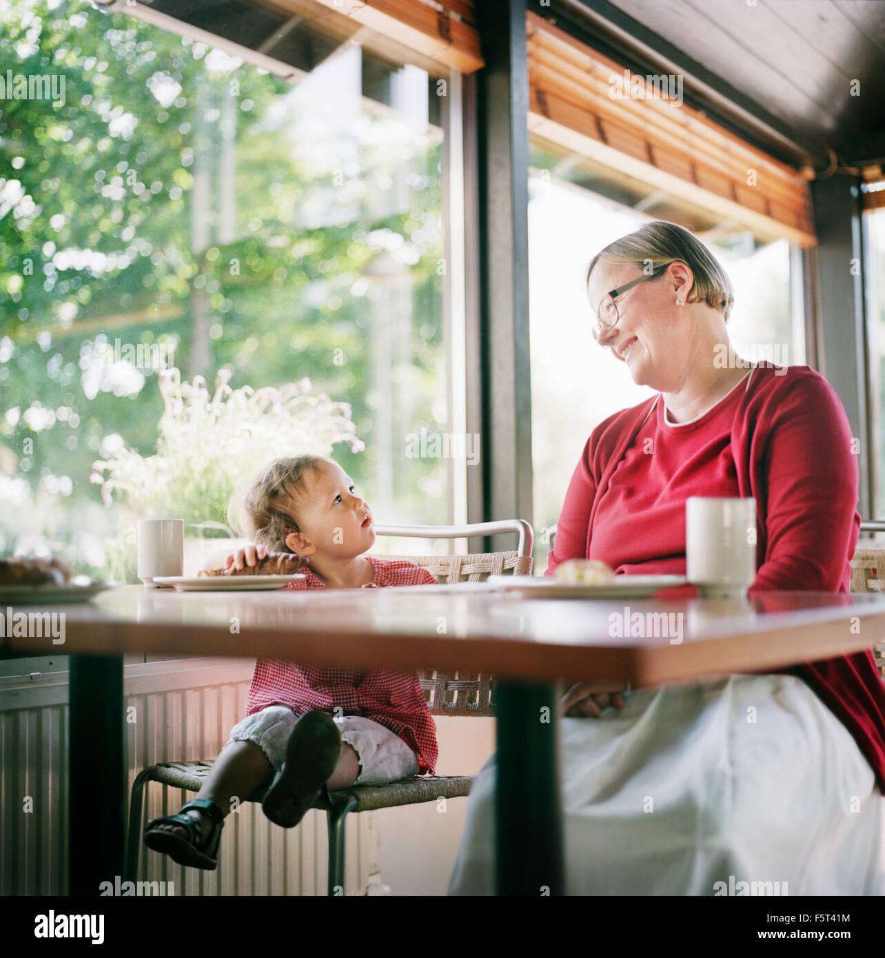 Finlandia, Helsinki, Uusimaa, abuela y nieta (2-3) en el café relax Imagen De Stock