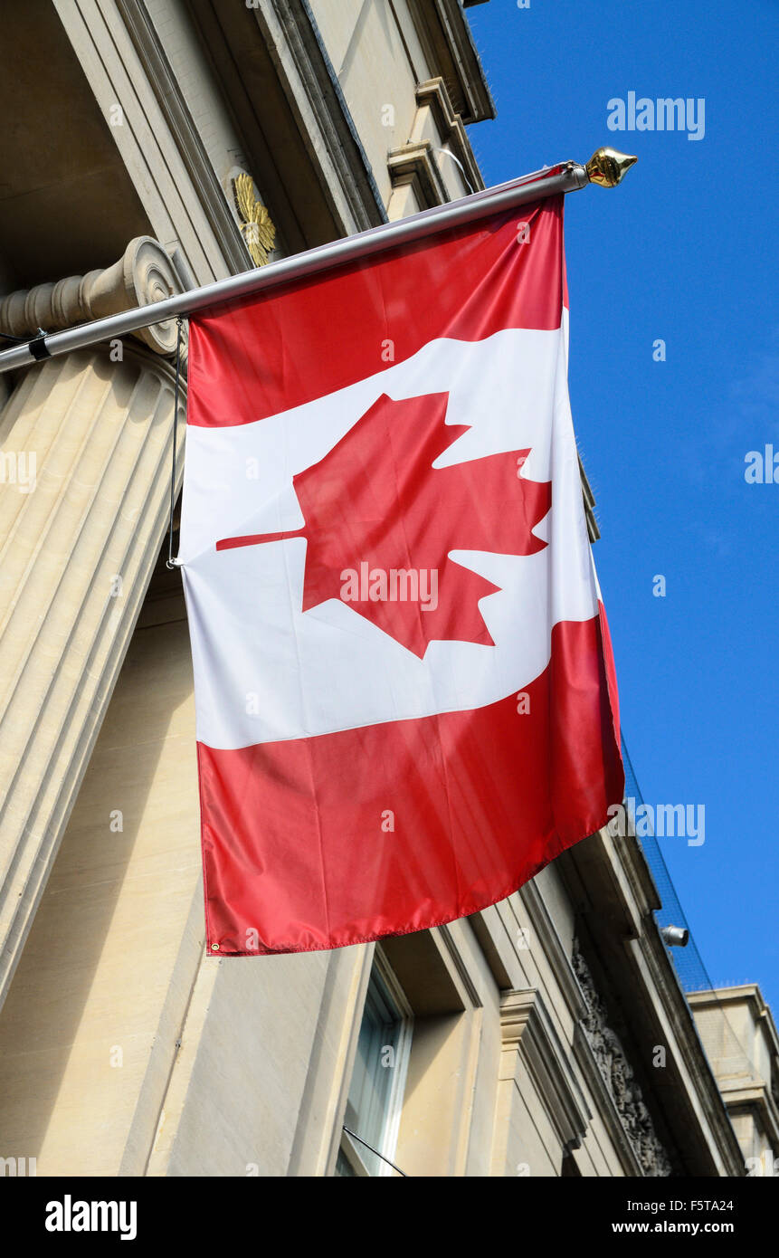 La Bandera canadiense manos fuera de la Embajada de Canadá, Trafalgar Square, Londres, Inglaterra, Reino Unido. Foto de stock
