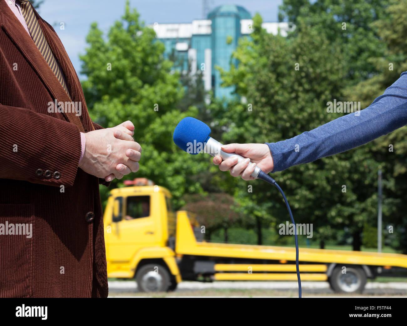 Periodista haciendo entrevista con empresario o político Imagen De Stock