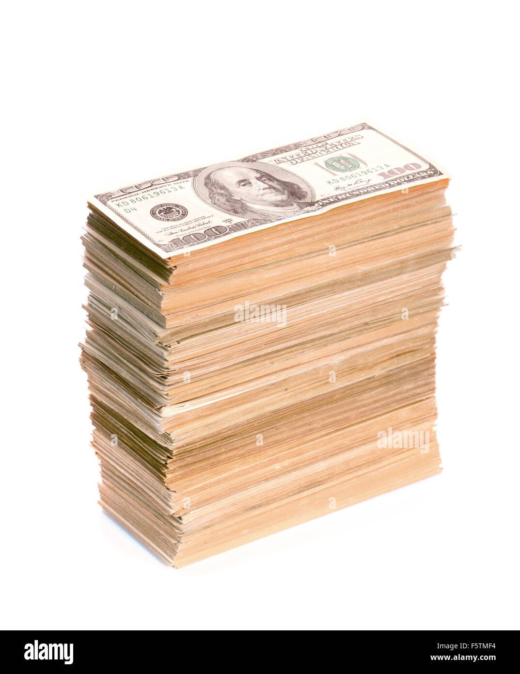 Grande pila de billetes de dólar closeup. Aislado en blanco Imagen De Stock
