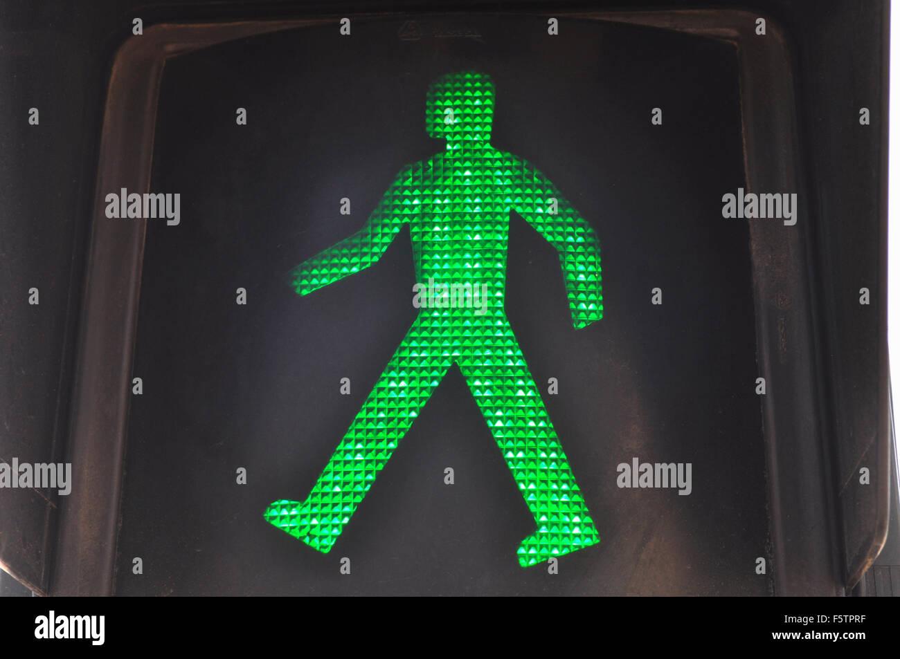 El hombre verde en el semáforo, indicando que es seguro para caminar y cruzar la carretera, España Imagen De Stock