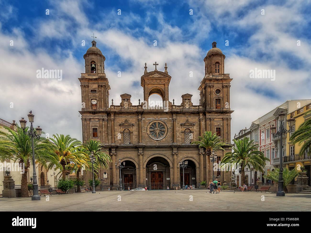 Las Palmas de Gran Canaria iglesia catedral palm turist,la gente,las nubes del cielo azul Imagen De Stock