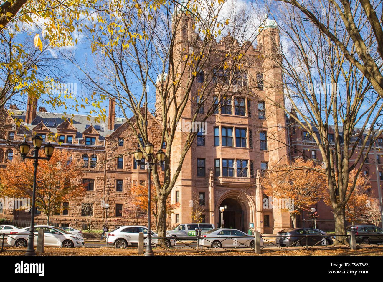 NEW HAVEN, Connecticut, EE.UU. - 8 de noviembre de 2015: Vista de Phelps Hall y Gate en la histórica Universidad Imagen De Stock