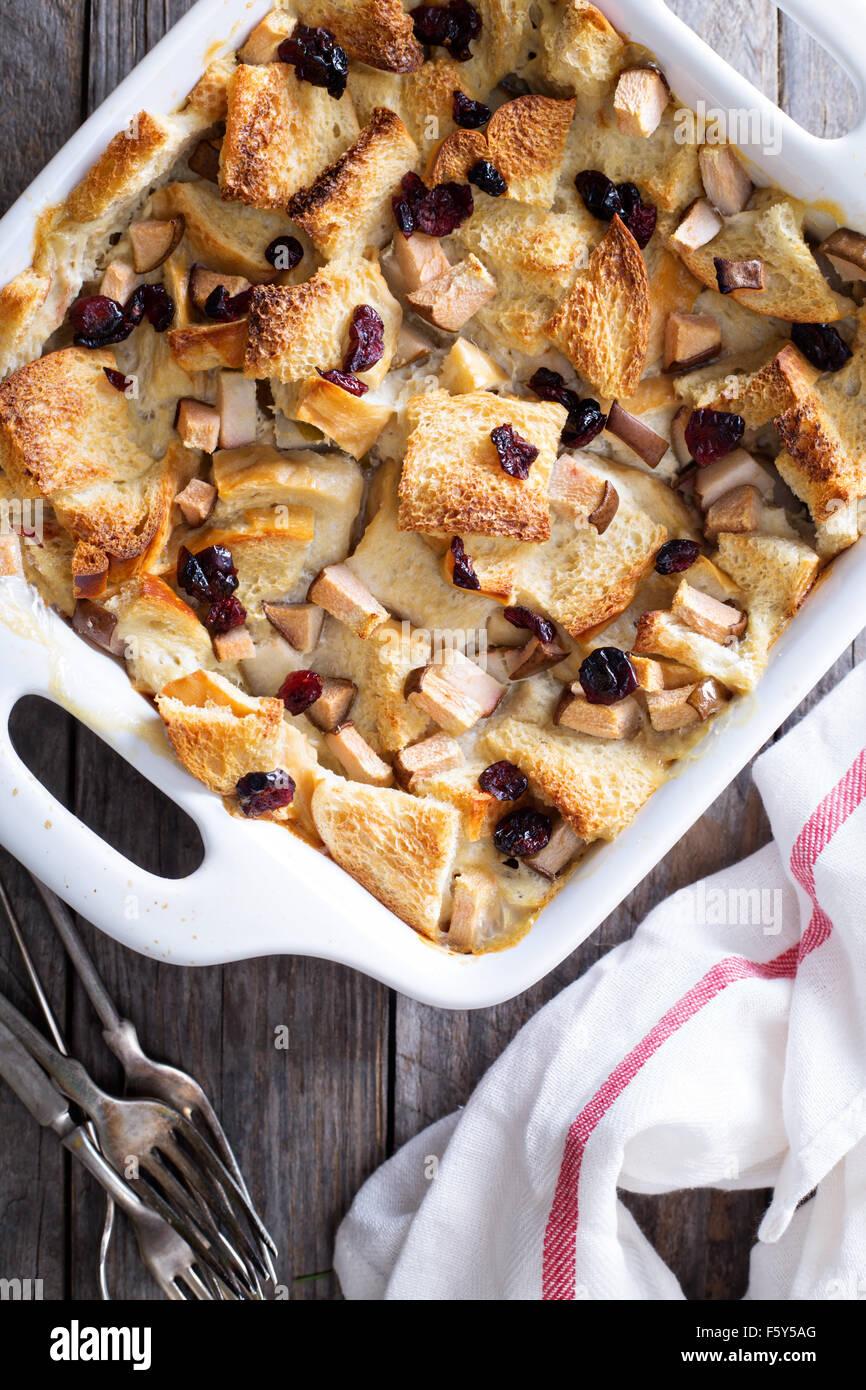 Pudding de Pan desayuno cazuela con peras y arándanos secos Imagen De Stock