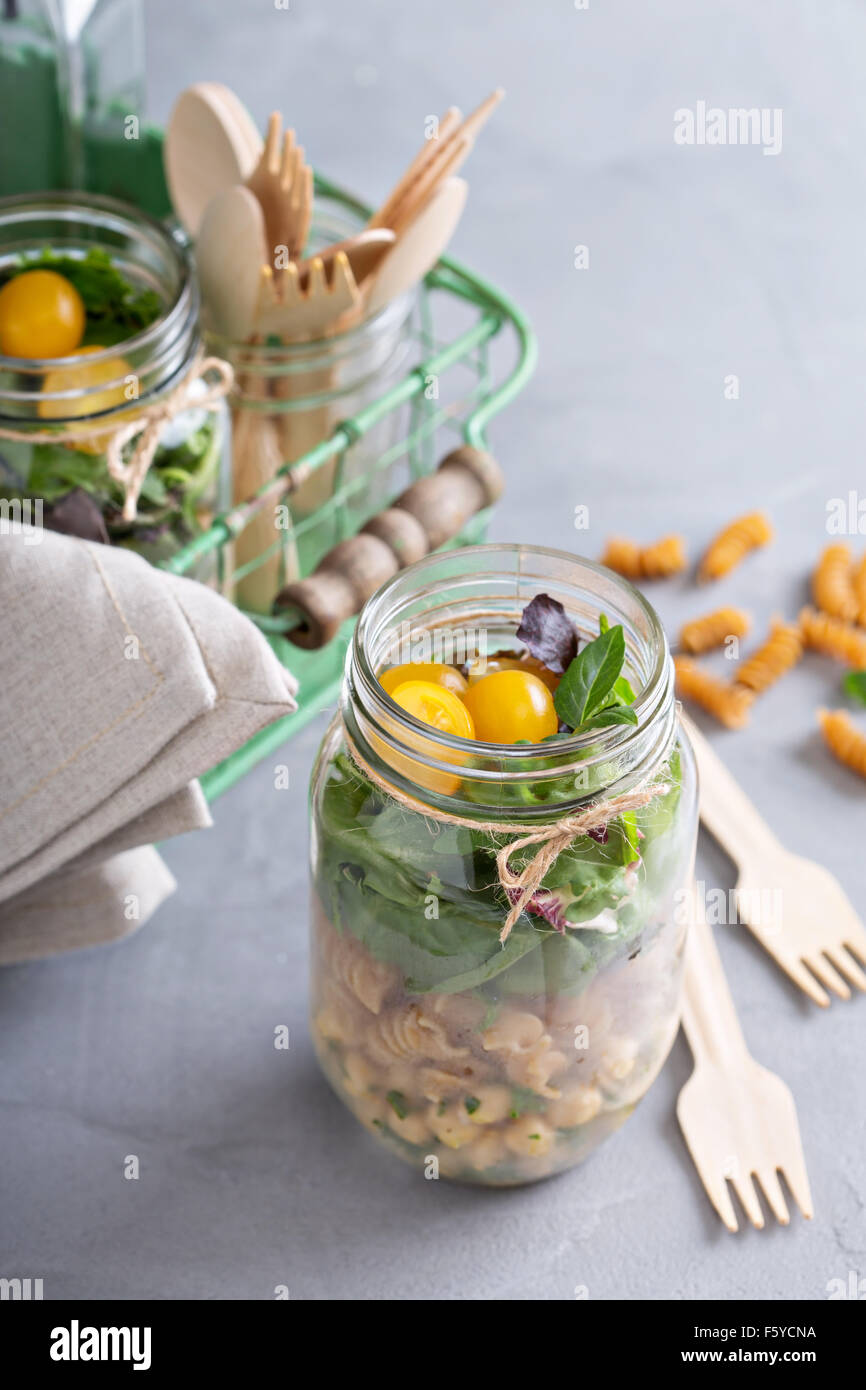 Ensalada en un tarro de garbanzos con pasta y comida para llevar Imagen De Stock