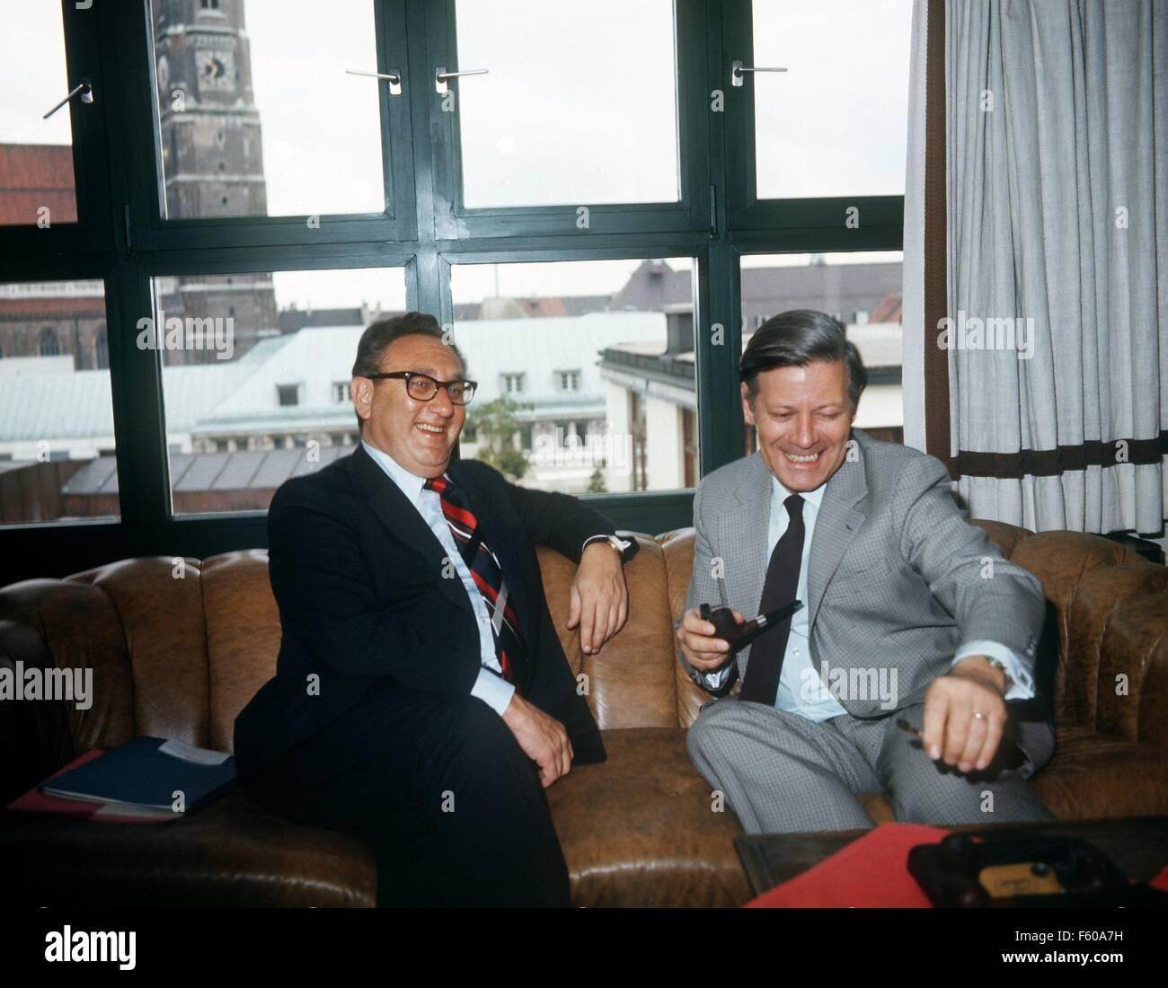 Henry Kissinger, en una conversación con el Canciller Helmut Schmidt (R, SPD) en Munich en 1974. Foto de stock